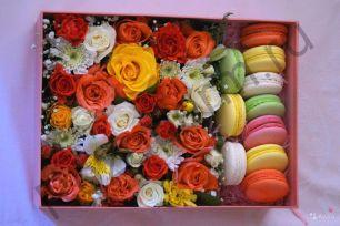 Коробочка с цветами и макарунами №6